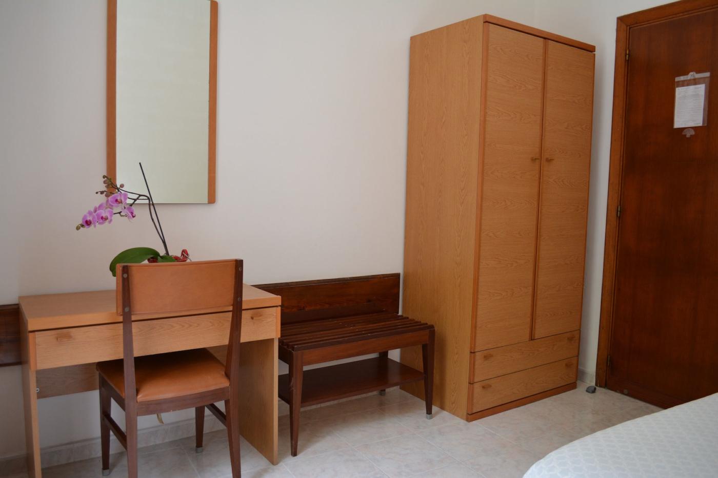 camera singola economy armadio e tavoli