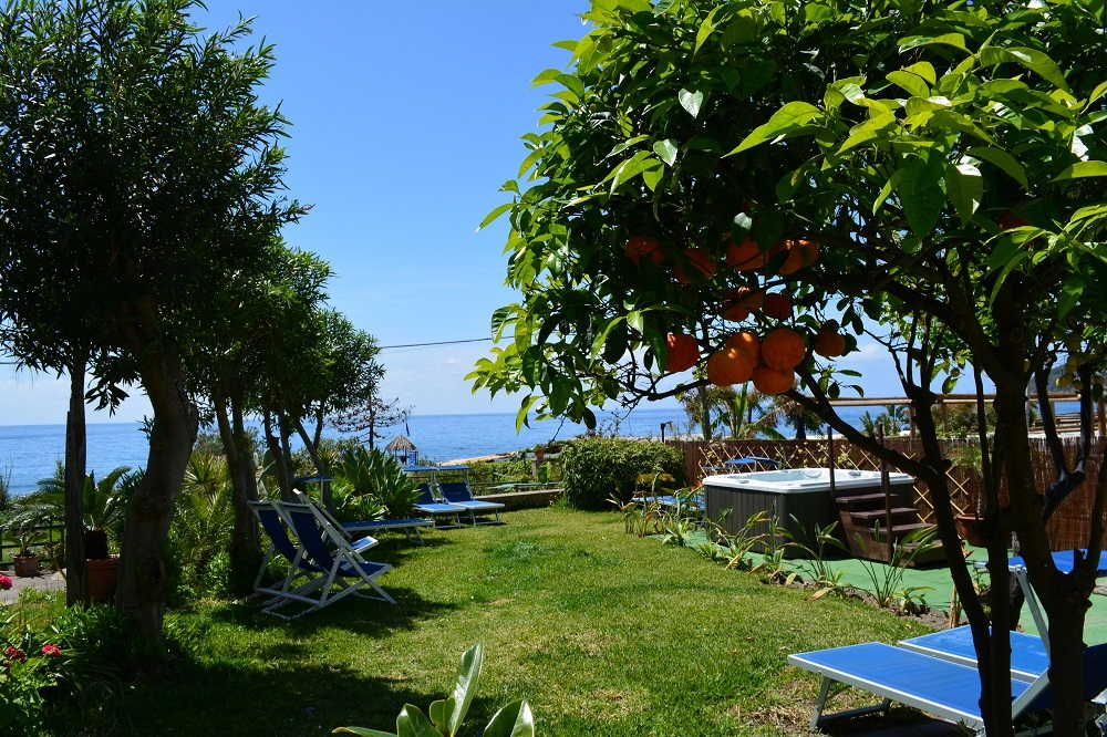 Piscina sdraio e giardino dell'hotel Maronti